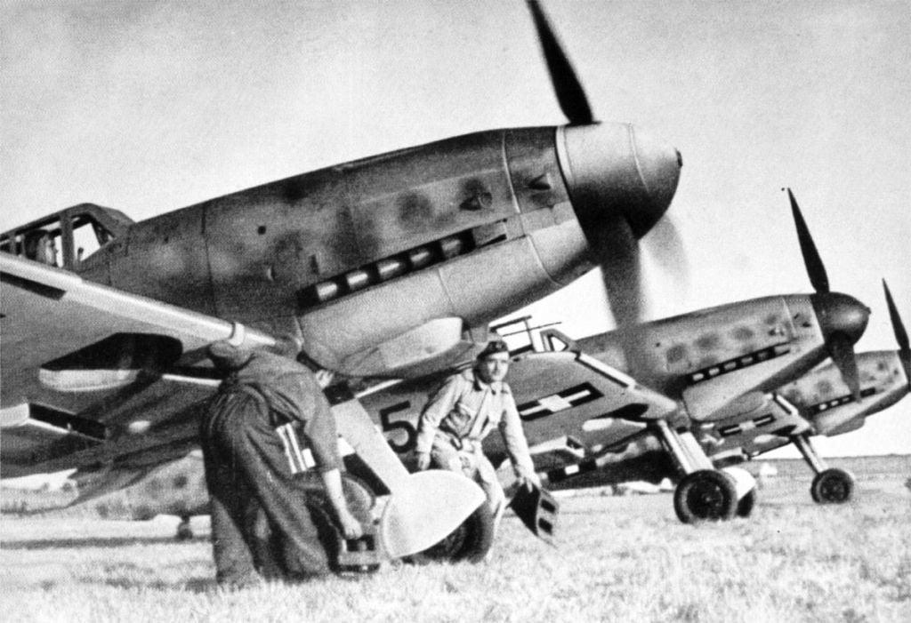 Hungarian Air Force-1-bf-109g6-rhaf-101.2-b5-eastern-front-1944-01.jpg