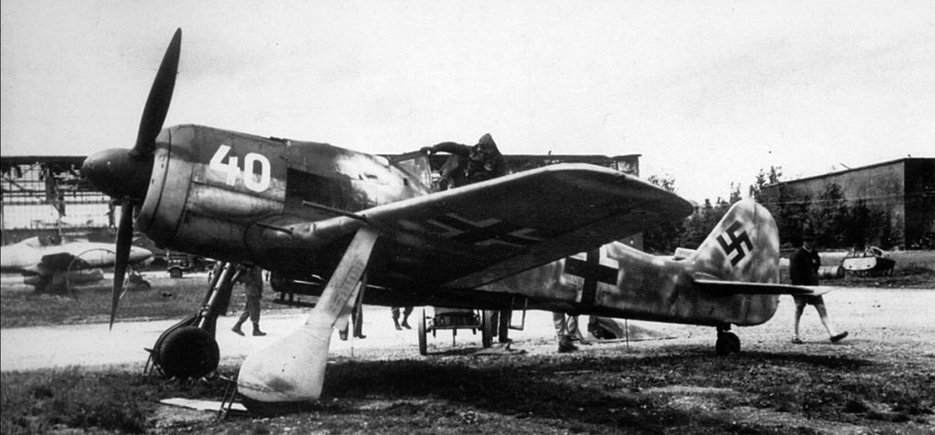 Captured Aircrafts: EEUU-1-fw-190a8-white-40-abandoned-lechfeld-june-1945-03.jpg