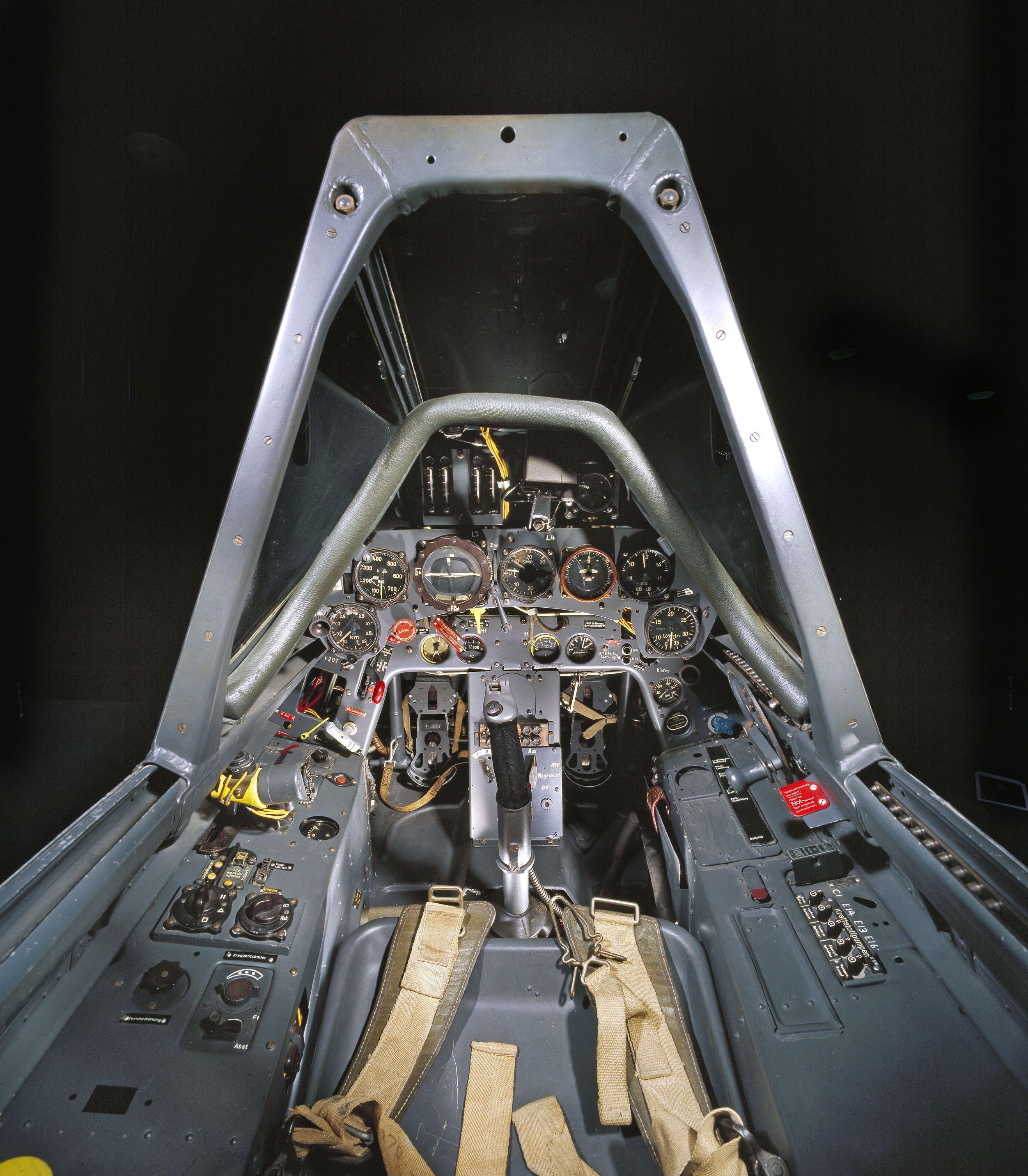 11-cockpit-avion-Focke-Wulf-Fw-190-F-8.jpg