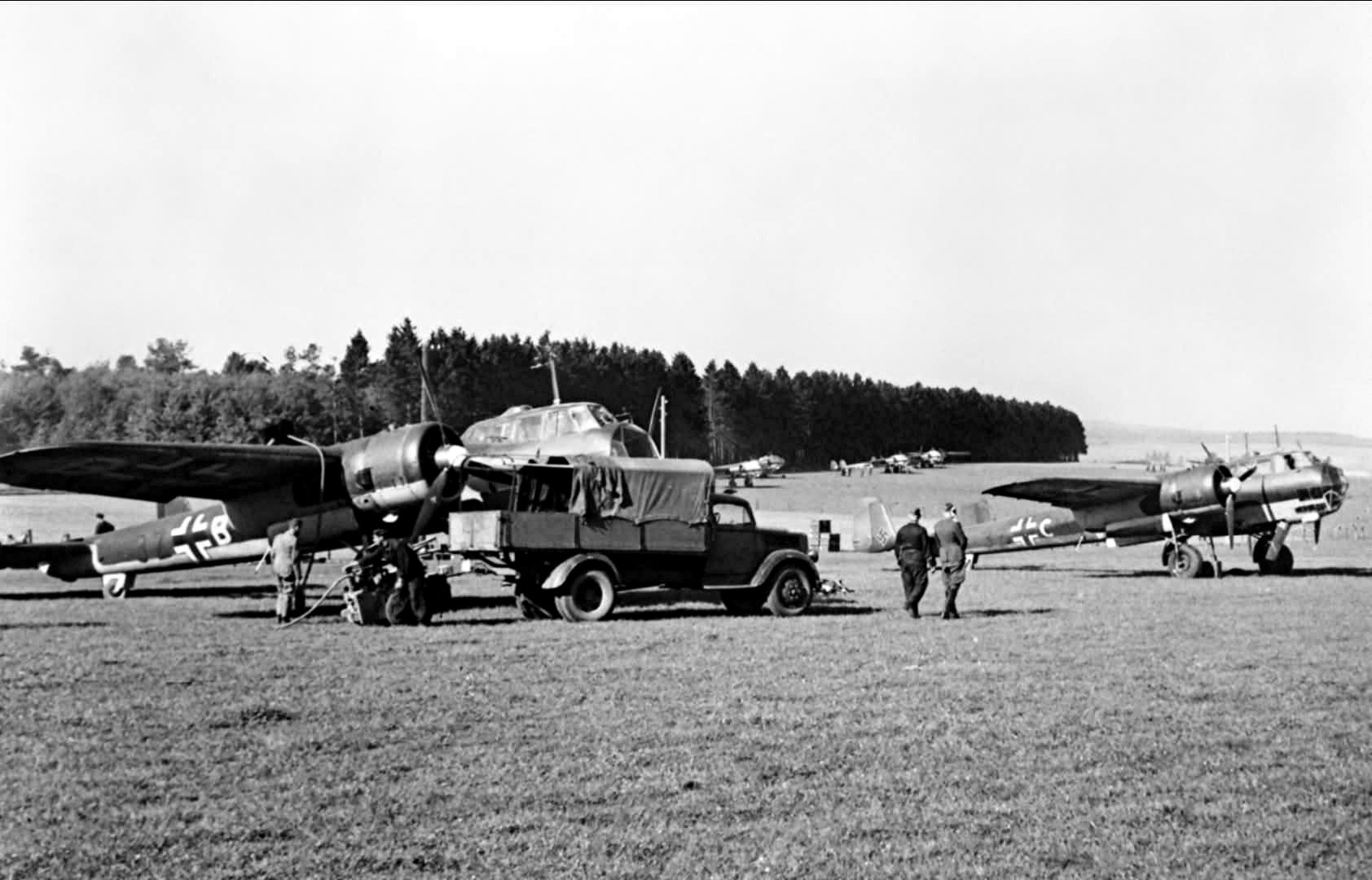 Dornier_Do_17Z_of_II-KG77_being_serviced_on_Freux_auxiliary_airfield_in_Belgium.jpg